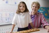 Lehrer und schülerin mit der zählung fach — Stockfoto