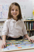 Meisje met een foto puzzel — Stockfoto