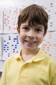 Glückliche schüler stehen im klassenzimmer — Stockfoto