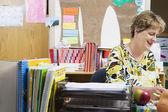 Masa başında çalışan öğretmen — Stok fotoğraf