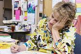Lehrer arbeiten am schreibtisch — Stockfoto