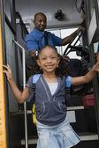 Dziewczyna wysiąść autobusem szkolnym — Zdjęcie stockowe