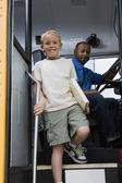Ragazzino scendendo scuolabus — Foto Stock