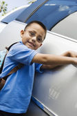 Chlapec stojící mikrobus — Stock fotografie