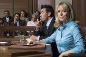 Avvocato di difesa con il cliente in tribunale — Foto Stock