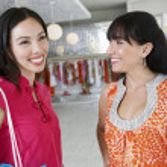 Joyeux amis femmes shopping — Photo