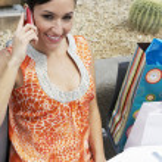 mujer usar teléfono celular en un restaurante al aire libre — Foto de Stock