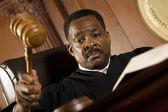 敲槌在法庭上的法官 — 图库照片