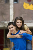 подросток давая контрейлерные обратно ездить подругу — Стоковое фото