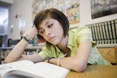 Sıkılmış lise öğrenci kitaplığı — Stok fotoğraf