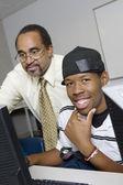 Estudiante de secundaria profesor ayuda — Foto de Stock