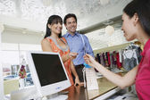 Paar betalen voor goederen — Stockfoto