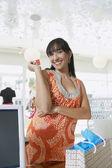 Mulher com cartão de crédito no balcão — Foto Stock