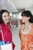 陽気な女性友人のショッピング — ストック写真
