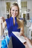 Mladá žena při nákupu — Stock fotografie