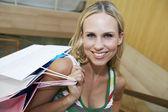 Piękna kobieta z torby na zakupy — Zdjęcie stockowe