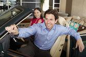 Kadın onun yanında cabrio ile arabanın anahtarını tutan adam — Stok fotoğraf