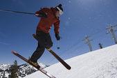 在半空中跳跃滑雪者 — 图库照片