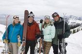 Narciarze trzymając narty — Zdjęcie stockowe