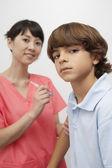 Docteur vaccin par injection au patient — Photo