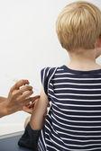 Garçon recevoir l'injection — Photo
