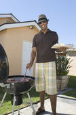Barbequing uomo in prato — Foto Stock