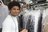 Junger mann arbeitet in trockenreinigung — Stockfoto