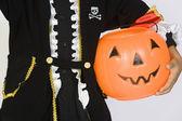 Ragazzo in abito di halloween holding secchio zucca — Foto Stock