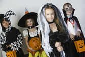 Groupe d'enfants en costumes d'halloween — Photo