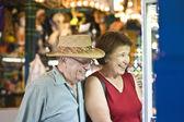 ウィンドウの表示を見ている年配のカップル — ストック写真