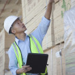 Warehouse worker taking inventory — Stock Photo