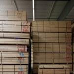 stos z drewnianej sklejki z oznaczeniami w magazynie — Zdjęcie stockowe