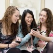 Young women sharing video on cell phone — Zdjęcie stockowe