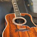 vista cercana de recostado en el sofá en la tienda de música de la guitarra acústica — Foto de Stock