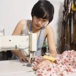 módní návrhářka šití tkaniny — Stock fotografie
