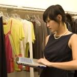 módní návrhář pracující na laptop — Stock fotografie