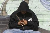 Ladro indossa giacca nera in possesso di un coltello — Foto Stock