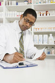 Mâle pharmacien travaillant en pharmacie — Photo