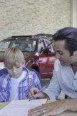 Padre con suo figlio firma i documenti dell'auto — Foto Stock