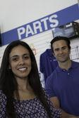 Retrato de mujer alegre en la tienda de reparación de automóviles — Foto de Stock