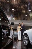 žena stojící auto prodejce v showroomu — Stock fotografie