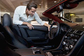 Man checkar ut sin nya bil — Stockfoto