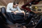 Uomo, controllando la sua nuova auto — Foto Stock