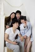 Giovani coppie prendendo fotografie autoritratto sulla scalinata — Foto Stock