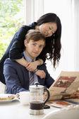 Jonge vrouw knuffelen man — Stockfoto