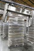 Pila di acqua in bottiglia, tenuto in magazzino — Foto Stock