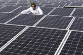 Man landmeten zonnepanelen — Stockfoto