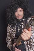 Retrato de homem de meia-idade, usando o padrão de pele de leopardo com guitarra sobre fundo preto — Foto Stock