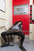 D'échappement senior homme endormi sur le siège de toilette — Photo