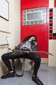 Escape senior hombre durmiendo en el asiento del inodoro — Foto de Stock